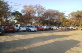 ग्रीन बेल्ट की जमीन पर पार्क बनने की जगह करवाई जा रही पार्किंग