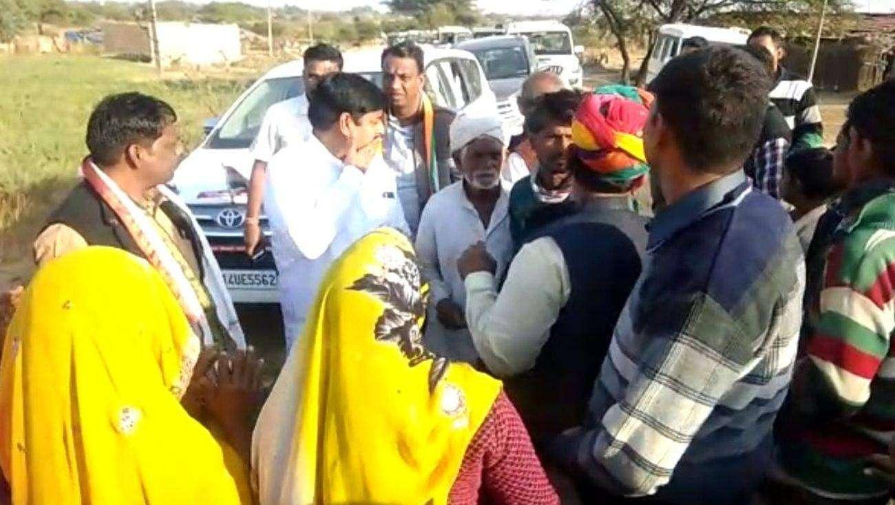 VIDEO: महिलाओं ने रोका जनजाति मंत्री का काफिला, बोलीं- हमें पानी दो