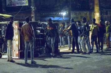 Photo Gallery :-चक्रधर नगर रेलवे फाटक के पास ओवरलोड पिकप पलटी, दर्जनभर से अधिक लोग घायल