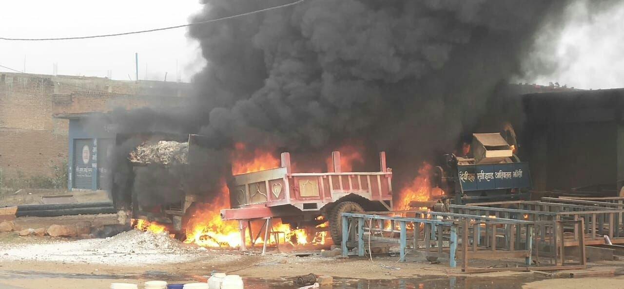 बेल्डिंग की चिंगारी से लगी आग, ट्रॉला सहित तीन वाहन जले