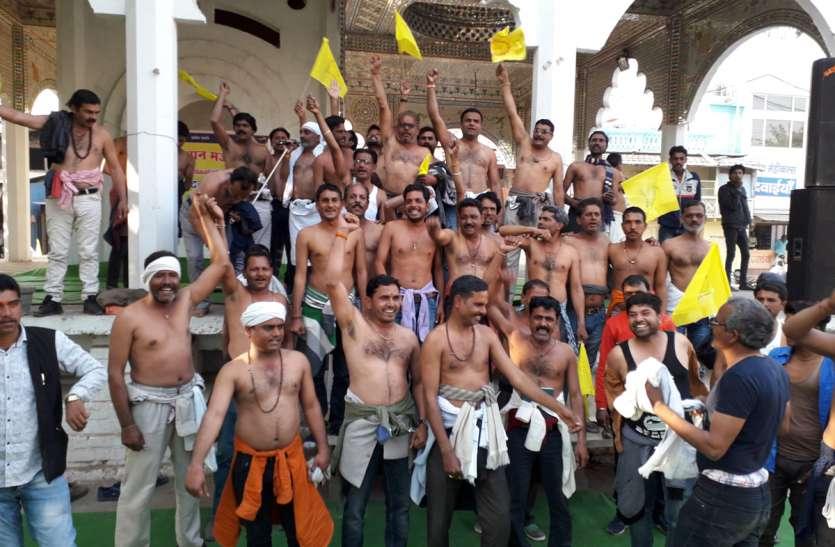मंच से गरजे किसान, अर्धनग्र रैली निकाली सौंपा ज्ञापन