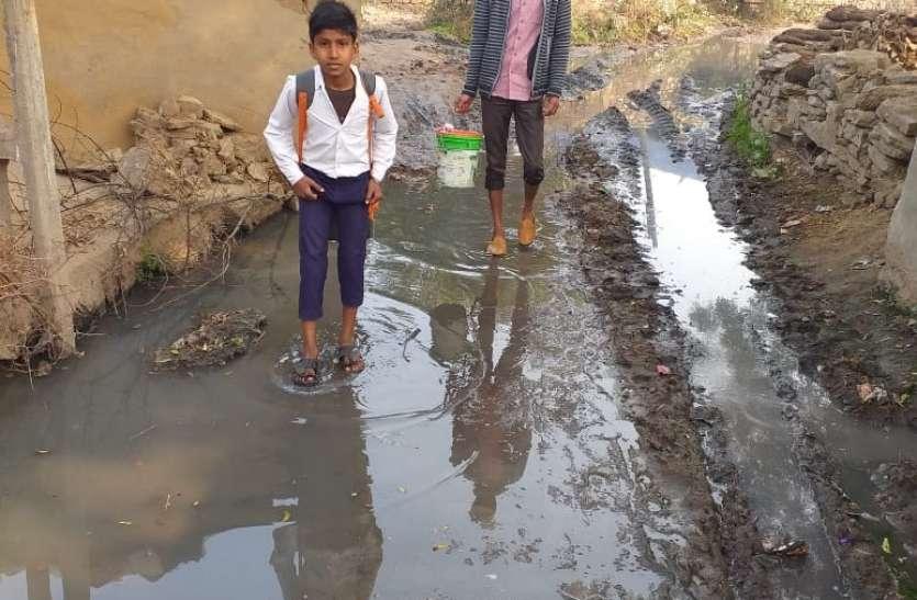 कीचड़ से सना मुक्तिधाम का रास्ता,जिम्मेदार मौन
