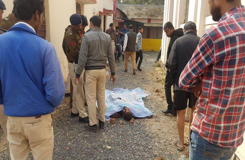 स्कूल परिसर में युवक की चाकू गोदकर हत्या, मृतक का मोबाइल, नकदी व स्कूटी ले भागे हमलावर