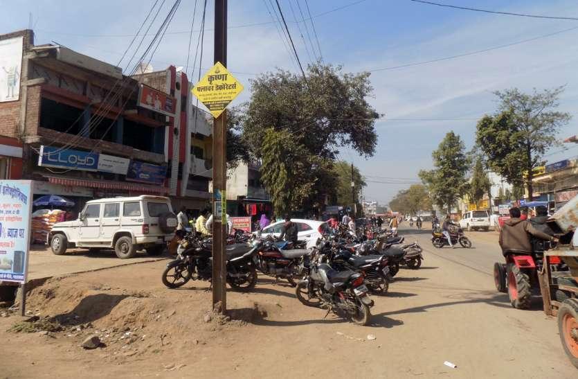 नगर में पार्किंग स्थल के अभाव में जगह जगह लगते हैं जाम