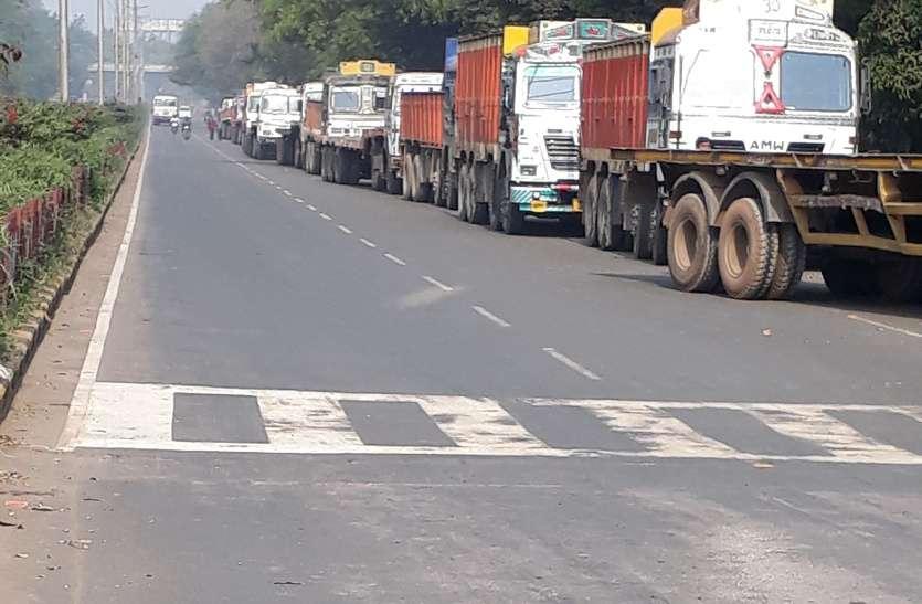 बीएसपी के मेनगेट पर ट्रकों का जमावड़ा, चालानी कार्रवाई