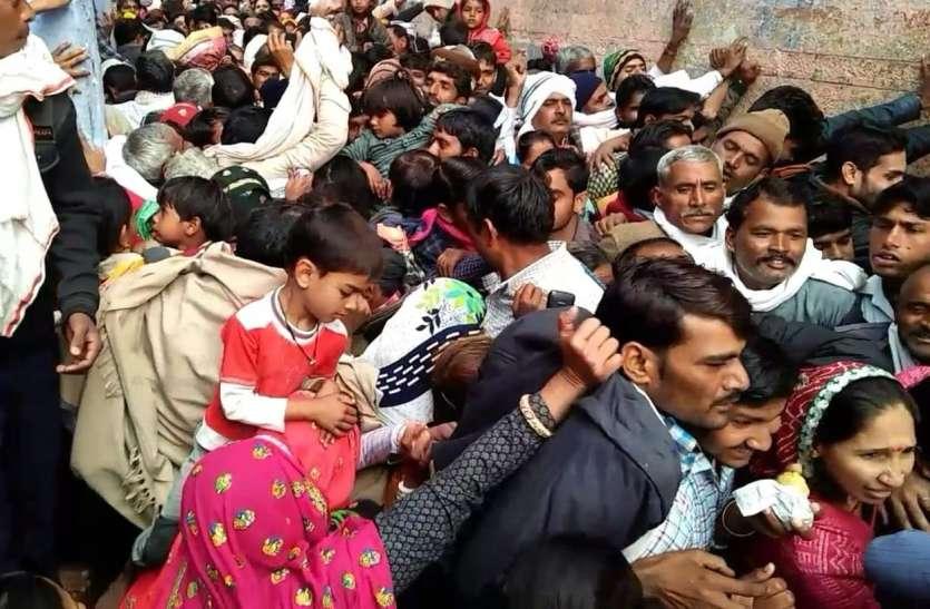 भीड़ के आगे चरमराई पुलिस व्यवस्था, मंदिर के बाहर भीड़ से आई धक्का-मुक्की की नौबत