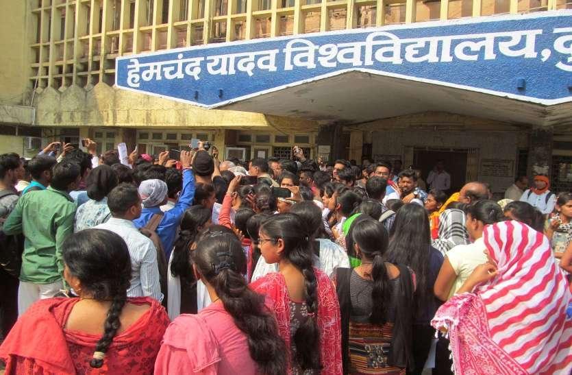 Photo gallery : रिजल्ट को लेकर छात्र छात्राओं ने किया प्रदर्शन मौके पर पहुंचे विधायक ने की कुलपति से चर्चा