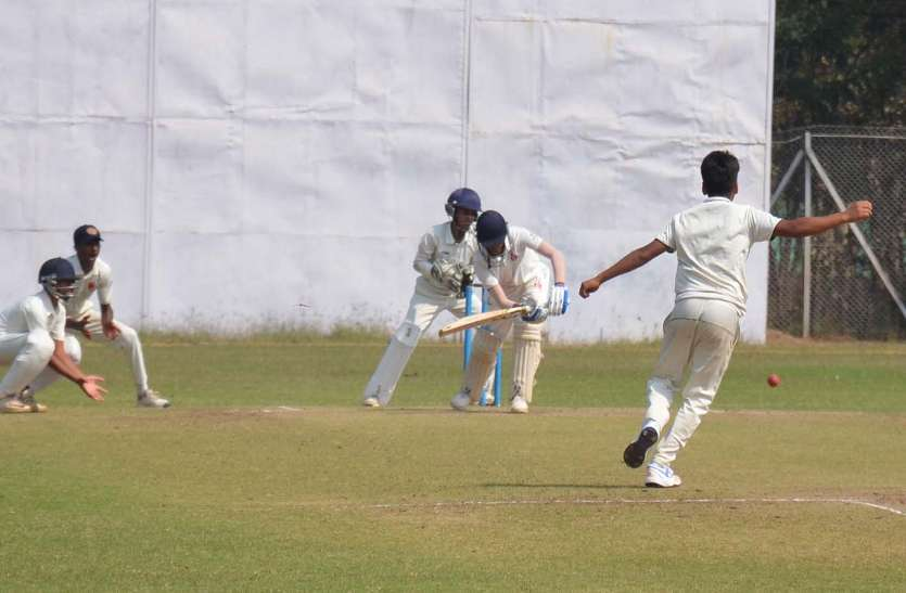 Photo Gallery  :  सेमीफाइनल मैच मे रायपुर के शाश्वत ने लिए 5 विकेट  आशीष ने बनाए 130 रन