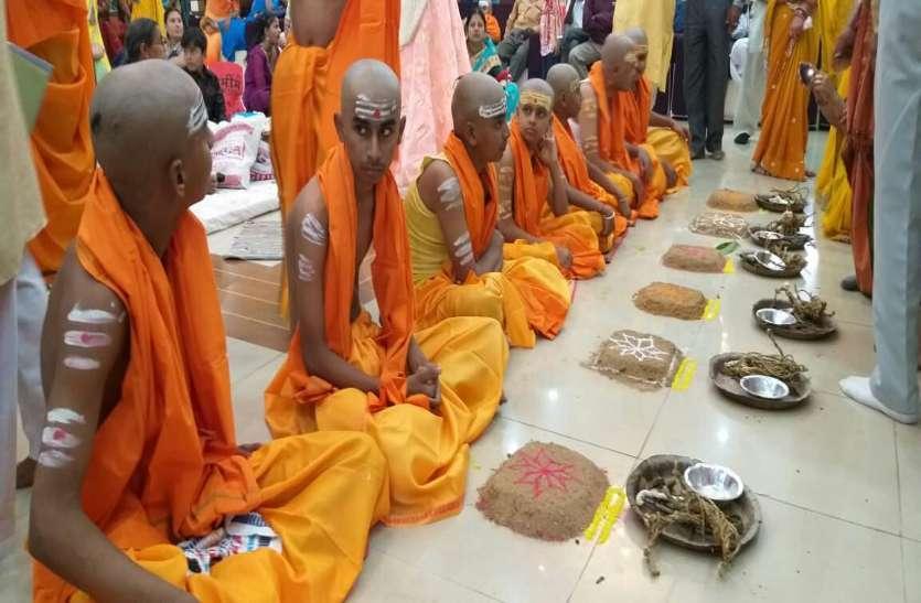 फोटो गैलरी : सनातन रीति रिवाज से 11 पंडितों ने किया 31 ब्राह्मण बटुकों का उपनयन संस्कार