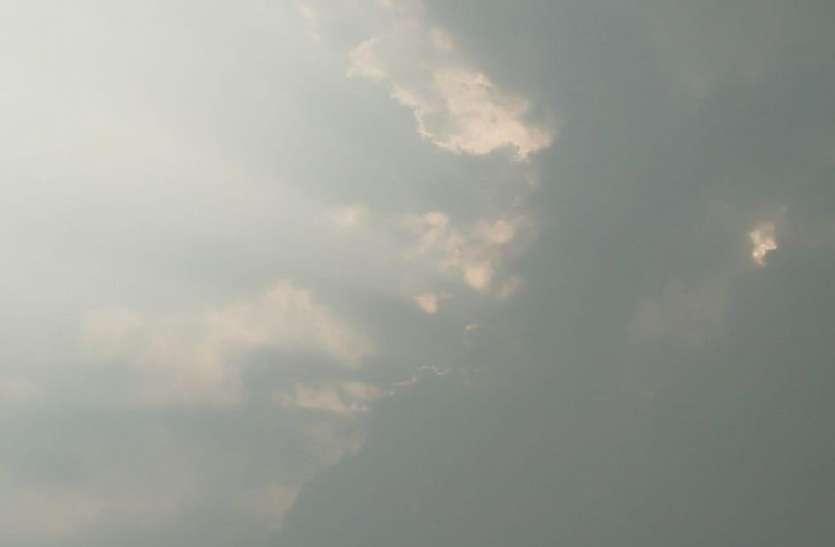 यहां मध्य रात मौसम का कुछ यूं बिगड़ा मिजाज