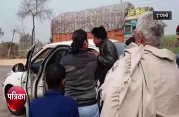 VIDEO: बीच सड़क पर दबंग महिला गाड़ी से उतरी और बाइक सवार युवकों को रोक कर किया कुछ ऐसा देखते रह गए लोग,फिर कार में बैठा कर ले गई साथ