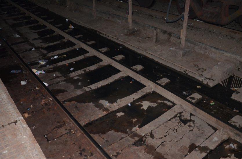 रेलवे स्टेशन पर चारों ओर फैली है गंदगी, एप्रोन के साथ सुविधा घर में भी गंदगी