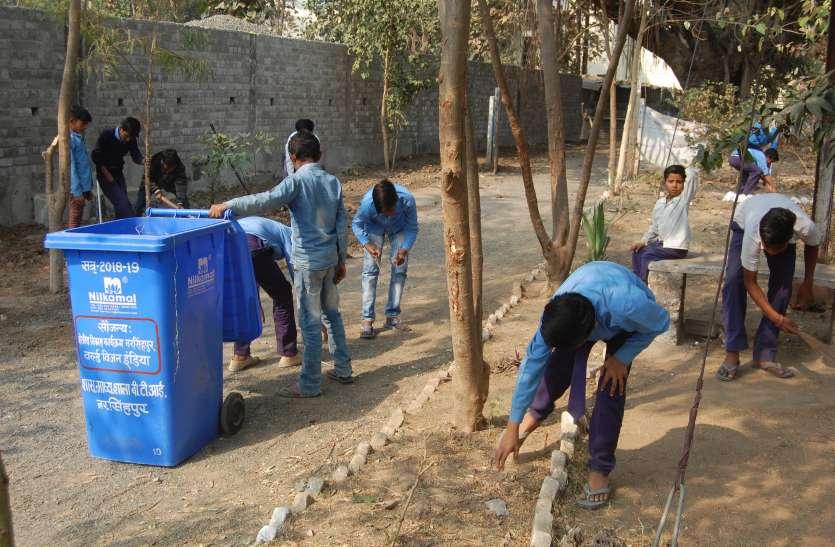 निर्माण कार्य की वजह से फैली गंदगी और कचरा हटाने स्कूली बच्चों ने थामी झाड़ू