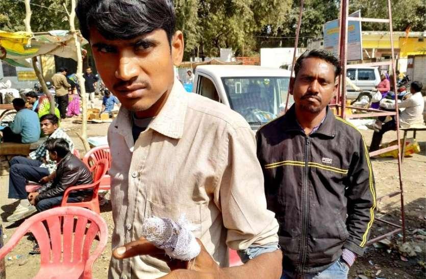 बंगाली बाबा मेले में मोबाइल चुराते पकड़ा तो दुकानदार की चोर ने अंंगुली चबाई