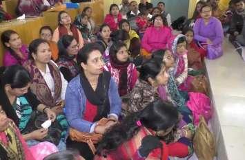दूसरे दिन भी जारी रहा कर्मचारियों का धरना, महिलाएं भी हुई शामिल, इमरजेंसी सेवाएं ठप करने की दी चेतावनी