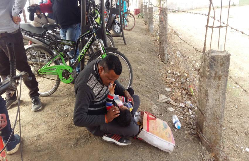 बच्चों को संभालने में इनकी भी हुई परीक्षा, कोई गोदी में लेकर पुचकार रहा था तो कोई कंधे पर बिठाए रहा