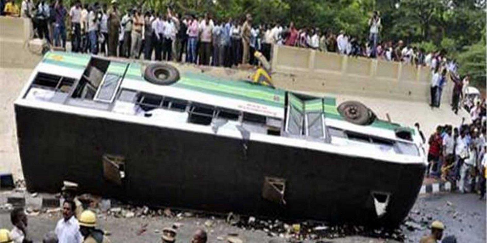 तीर्थयात्रियों से भरी बस पलटी, तीन की मौत
