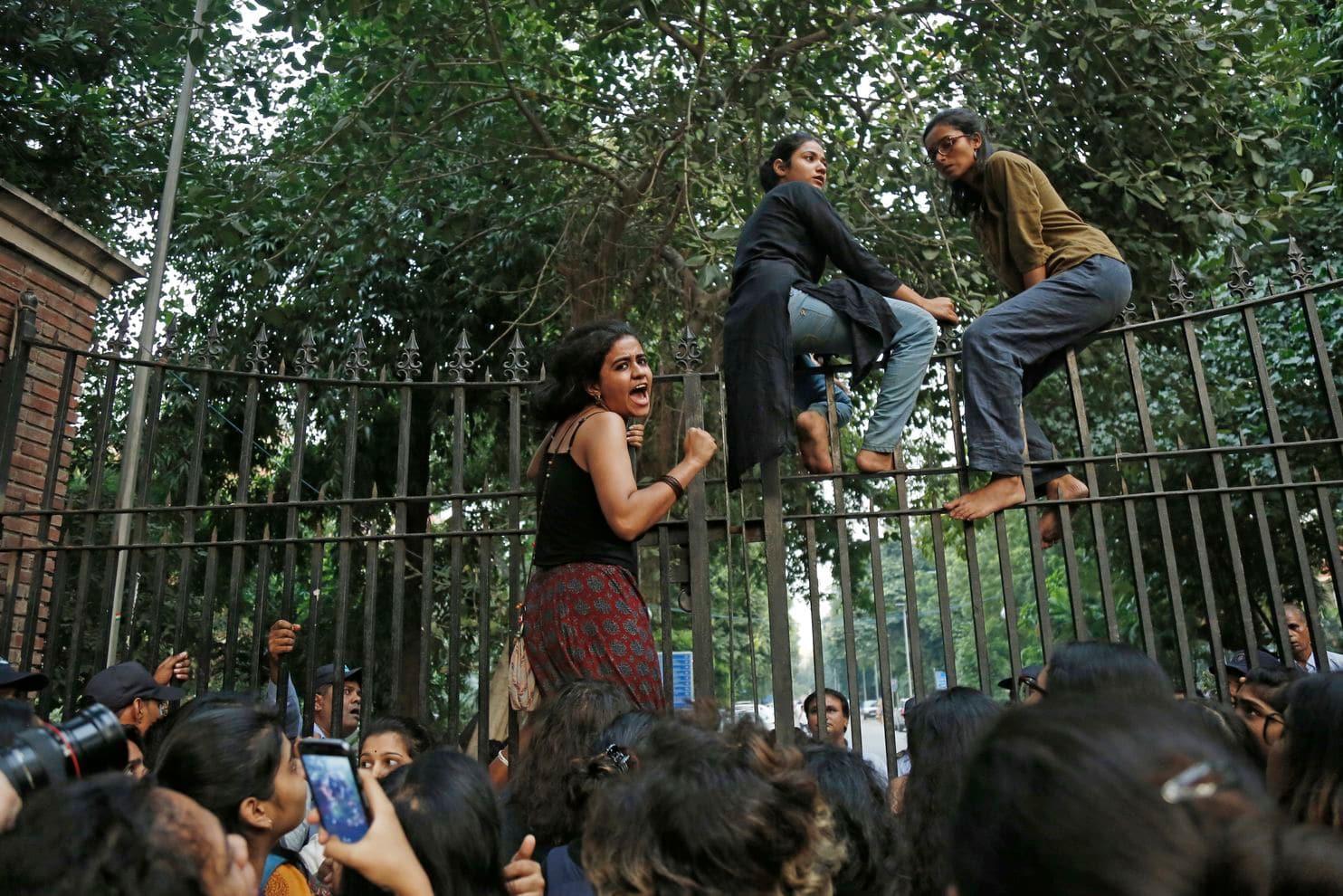 लड़कियों ने 'पिंजरा तोड़' अभियान से उस अंधेरे को दूर किया जिसमें खो रही थी उनकी आजादी