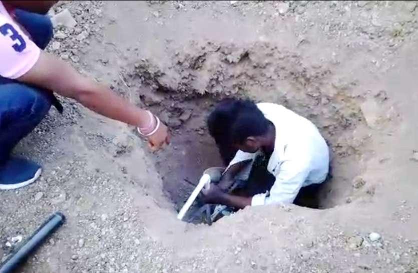 अवैध कॉलोनी में 1500 रुपए नहीं देने पर कांटे गए नल कनेक्शन