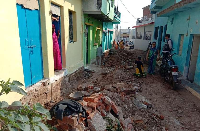 Video: कॉलोनाइजर ने रास्ता बंद कर रोक दिया पानी का बहाव, चंदा कर उल्टी दिशा में नाली बनवाने को विवश बस्ती के लोग