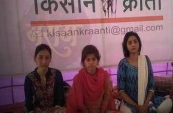 अन्ना हजारे के बाद धरने पर 6 दिन से बैठीं थी तीन लड़कियां, पुलिस ने जबरन तुड़वाई भूख हड़ताल
