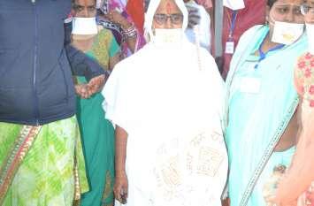 तस्वीरों में देखे - दीक्षा से पहले साधु वस्त्र में पूरा परिवार