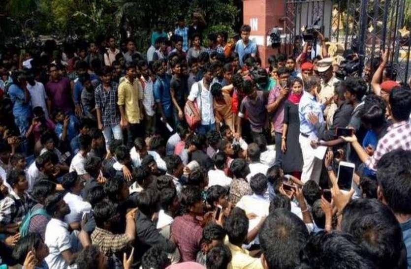 पाकिस्तान: सरकार के खिलाफ सड़क पर उतरा प्रोफेसर तो भड़क गई पुलिस, घसीट ले गए थाने