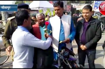 30वां सड़क सुरक्षा सप्ताह के तहत नगर विधायक ने लोगों को बांटें हेलमेट, दो पहिया और चार पहिया वाहन चालकों को दिया यह सन्देश, देखें वीडियो