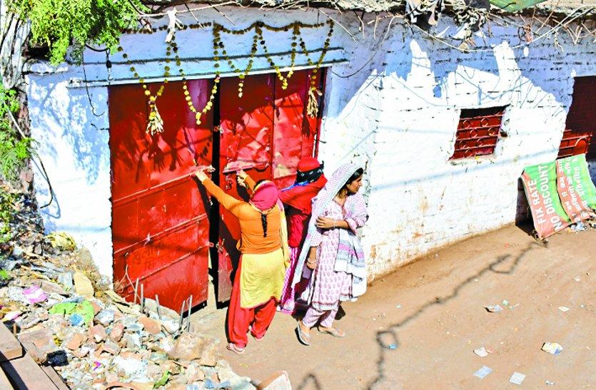 महिलाओं ने देशी शराब दुकान के खिलाफ खोला मोर्चा, कर्मचारियों को भगाकर बंद कराई दुकान