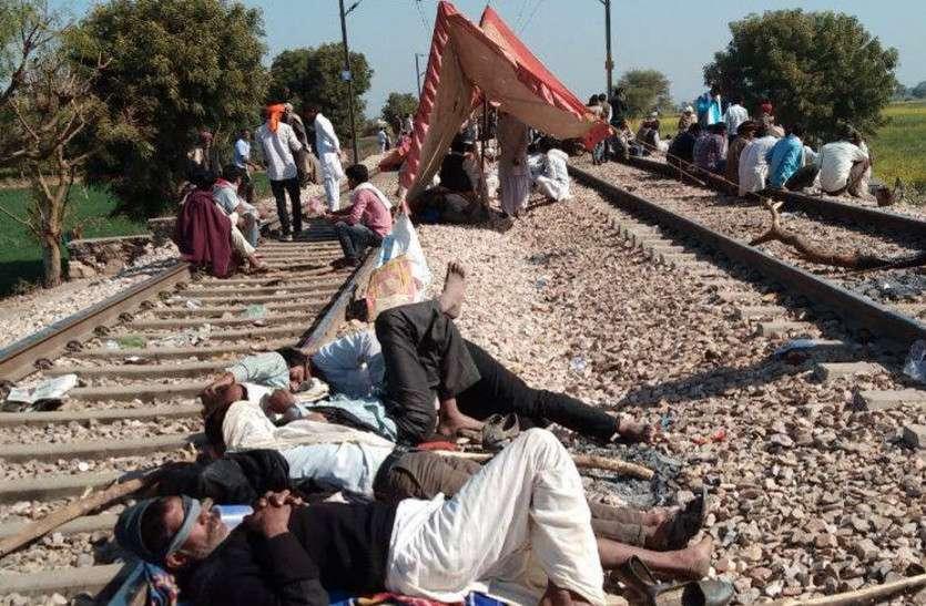 गुर्जर आंदोलन: बीस से अधिक ट्रेन निरस्त, यात्रियों से भरा रहने वाला स्टेशन हुआ सुना