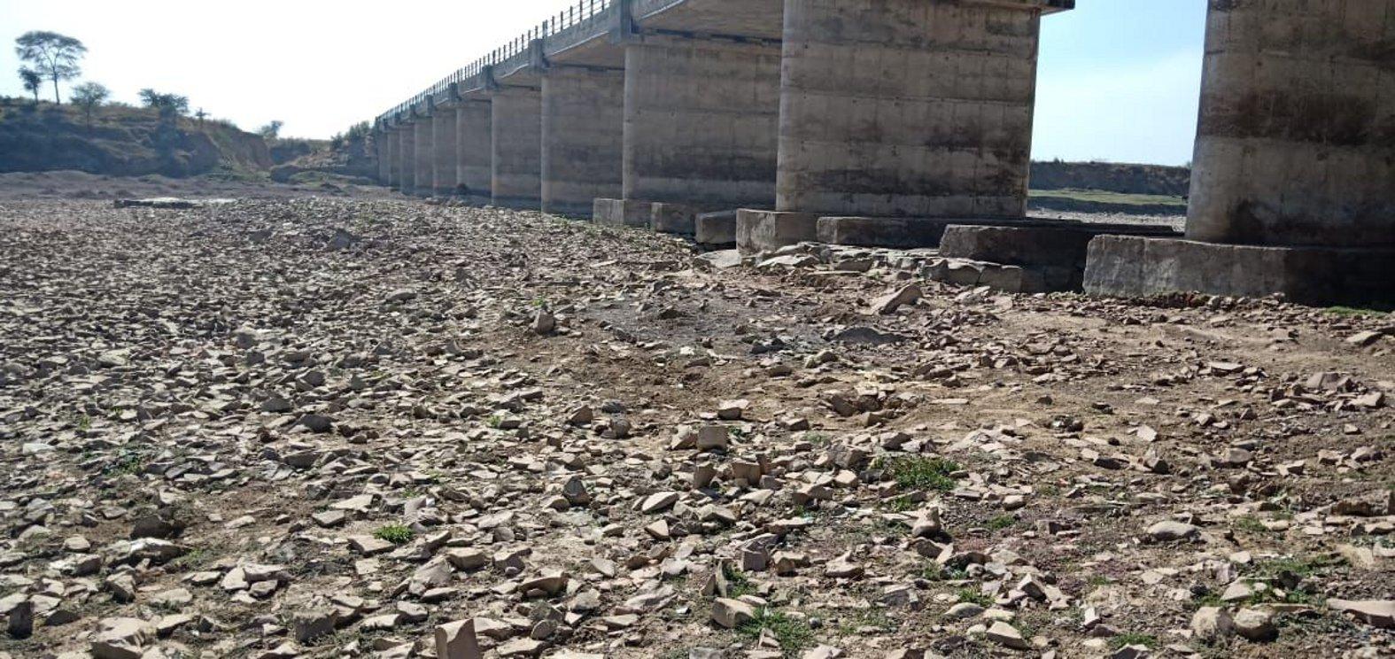 पत्थर के अवैध उत्खनन से सिंध के पुल को खतरा