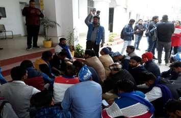 जहरीली शराब प्रकरणः सहारनपुर कलक्ट्रेट में धरने पर बैठी भीम आर्मी, देश की व्यवस्था ठप करने की चेतावनी