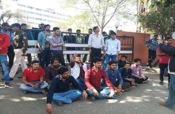 माखनलाल विश्वविद्यालय के छात्रों का आरोप रिजल्ट में भारी गडबड़ी, टापर्स हुए फेल
