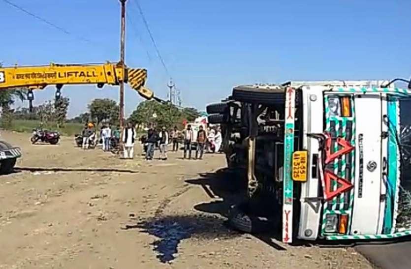 कार सवार को बचाने में पलटा  ट्रक बड़ा हादसा टला
