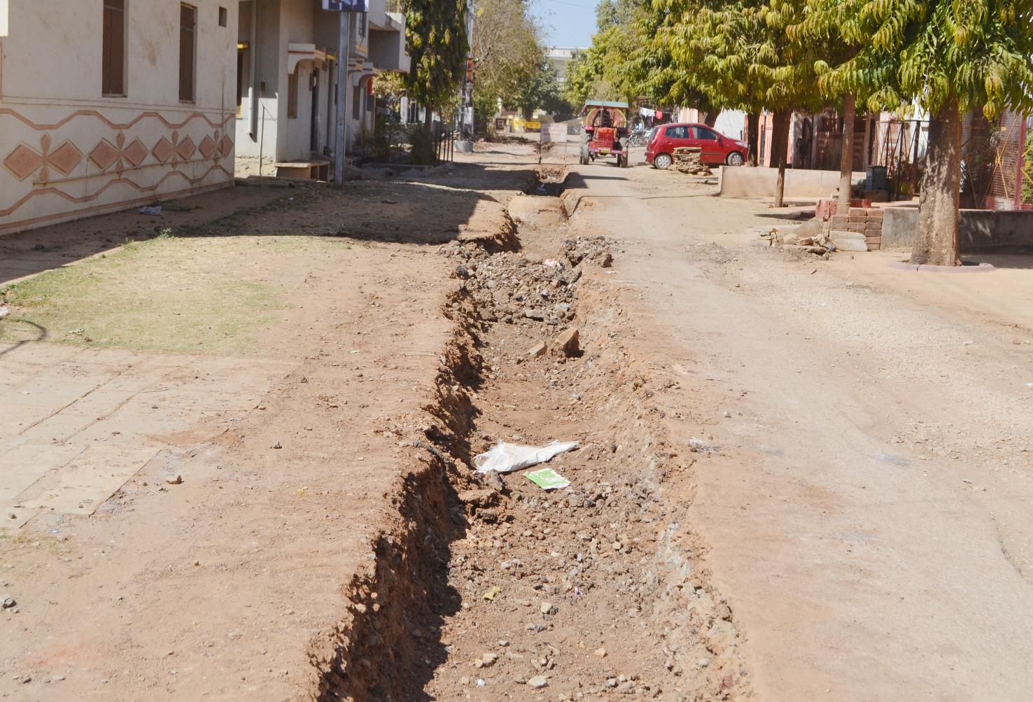 सीवरेज और पेयजल पाइप लाइन के लिए खोद दी सड़के