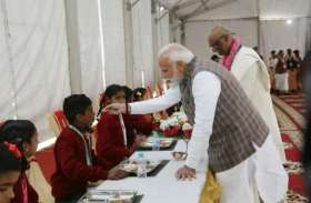 पीएम मोदी ने अपने हाथों से बच्चों को खिलाया खाना, बाहुबली की टीम भी रही मौजूद