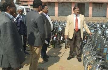 एक स्कूल में मिला सायकिल का भंडार, कमिश्नर ने दिया फिर यह आदेश