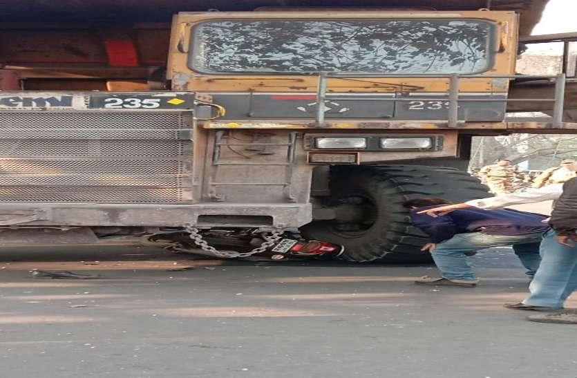 भारी वाहन के नीचे आया बीएसपी का ठेका मजदूर, गंभीर