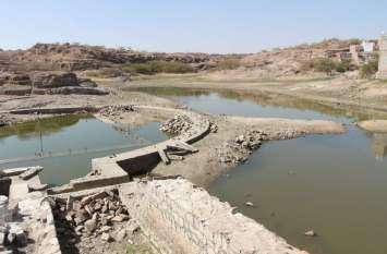 इंसानों ने पाट दी नहरें तो सूखने लगा तालाब का कंठ, देखें तस्वीरें...