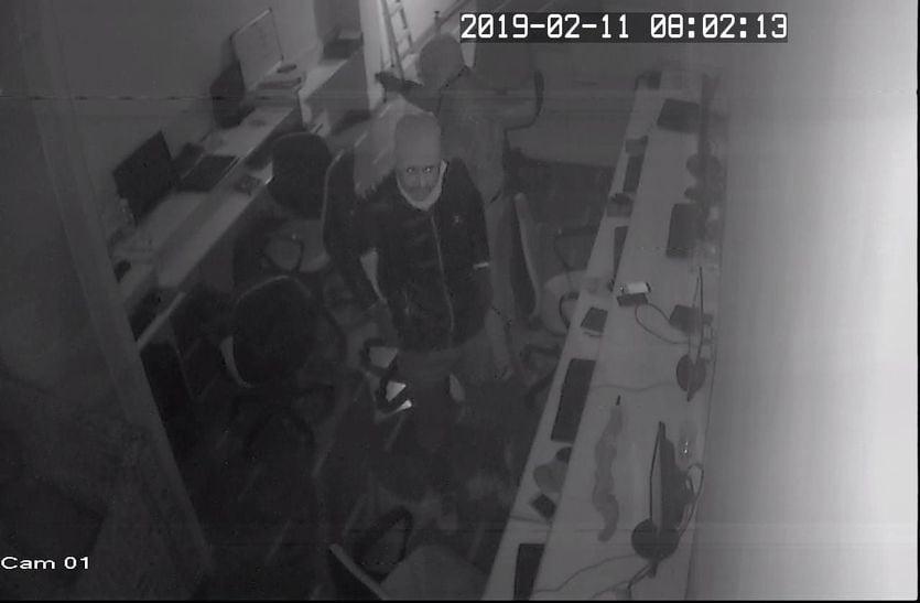 मंकी केप पहनकर आए बदमाशों ने पंद्रह मिनट में की चोरी