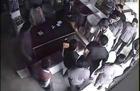 पूर्व मंत्री की दबंगई, दुकानदार को दुकान से बाहर बुलाकर पीटा, सीसीटीवी में कैद हुआ पूरा मामला, देखें वीडियो