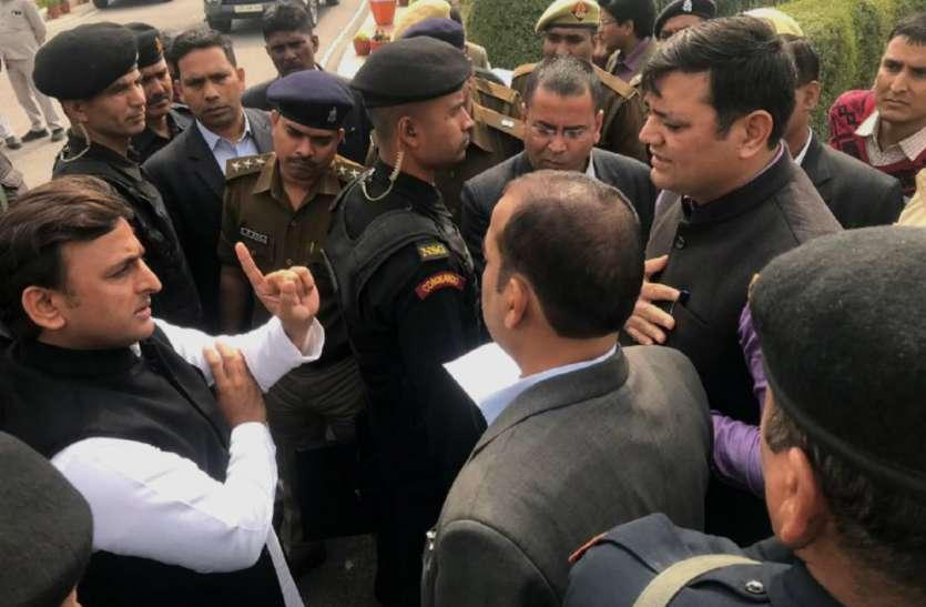 अखिलेश यादव को रोकने के बाद अब दो बड़े सपा नेताआें को लिया गया पुलिस हिरासत में, देखें वीडियो-