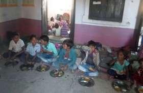 इस स्कूल के बच्चे खुद साफ करते हैं मध्यान्ह भोजन की अपनी थाली