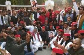 सपा नेताआें के विरोध प्रदर्शन में अचानक पहुंचे 'हनुमान' तो कार्यकर्ता लगाने लगे जय श्री राम के नारे- देखें वीडियो