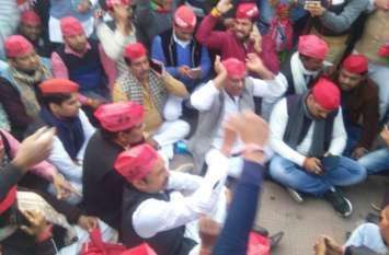 अखिलेश यादव को रोका तो सपाइयों ने फिरोजाबाद में उठाया ऐसा कदम कि पुलिस प्रशासन के फूल गए हाथ—पैर, देखें वीडियो