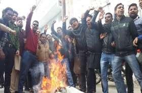 अखिलेश यादव को एयरपोर्ट जाने से रोकने के बाद आज़म के समर्थकों का दिखा ऐसा रूप
