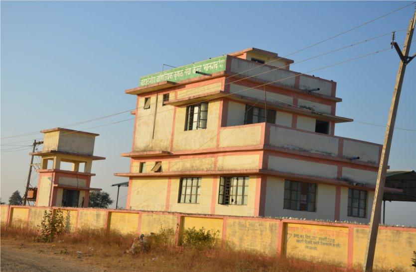 बहुउद्देशीय सेवा केन्द्र का उद्देश्य नहीं हो रहा पूरा, भवन में होने लगी तोड़फोड़