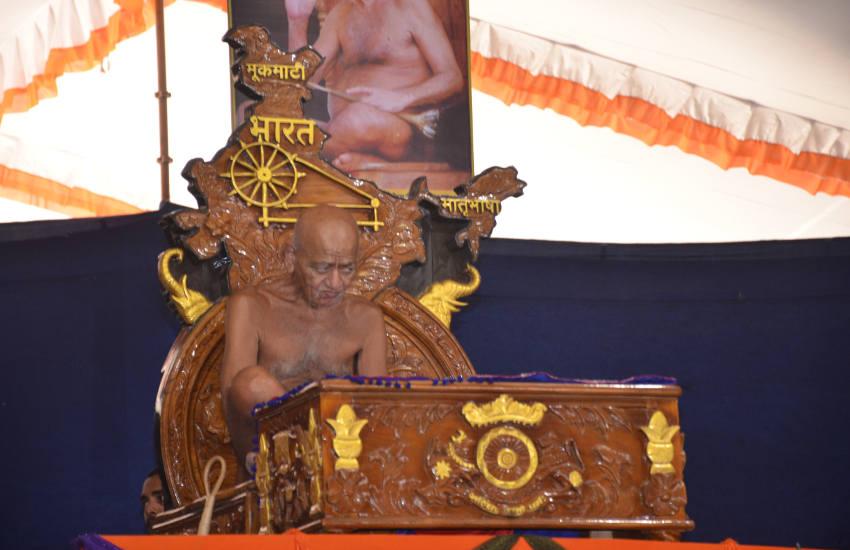 गुरूदेव के जयकारों के साथ इंडिया नहीं भारत बोलो के नारे लगे