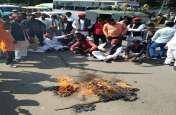 सपा कार्यकर्ताओं ने फूंका सीएम योगी का पुतला राष्ट्रीय राजमार्ग पर धरने पर बैठे