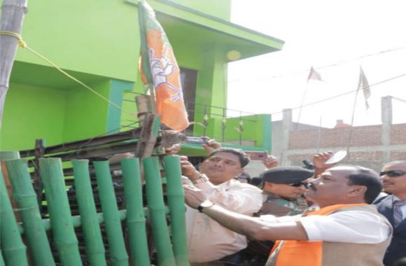 मुख्यमंत्री ने भाजपा कार्यकर्ताओं के घर झंडा व स्टिकर लगाया,आमजनों से की मुलाकात